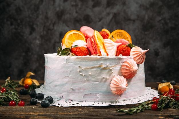 Bolo decorado doce com glacê e frutas