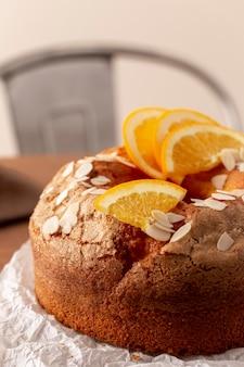 Bolo delicioso com arranjo de laranjas