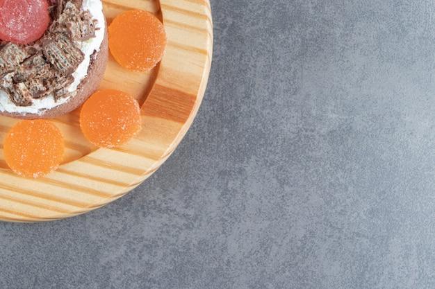 Bolo delicioso com balas de geleia de laranja