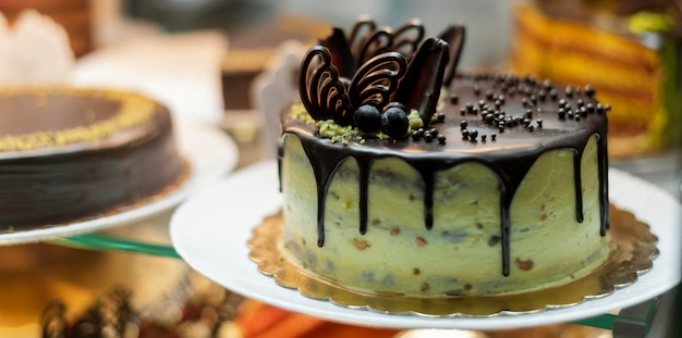 Bolo delicioso com frutas e chocolate