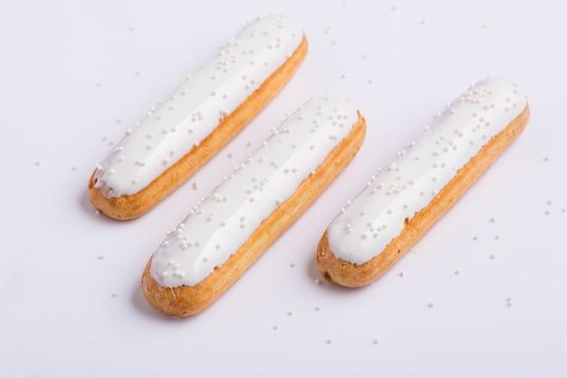 Bolo delicioso com glacê em um fundo branco
