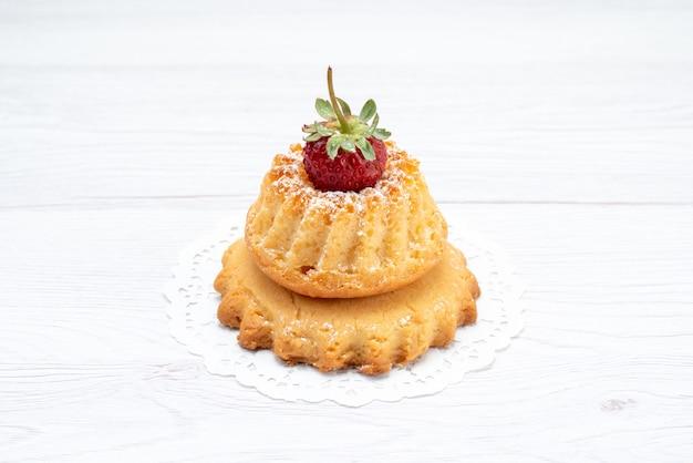 Bolo delicioso com morango na luz, bolo biscoito doce açúcar baga
