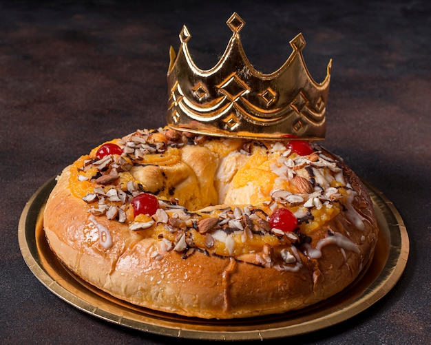 Bolo delicioso do dia da epifania com coroa de ouro do rei