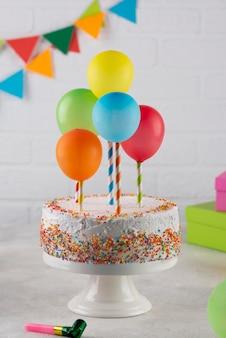 Bolo delicioso e balões coloridos