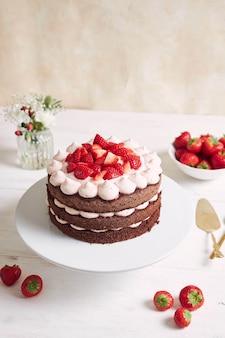 Bolo delicioso e doce com morangos e baiser em um prato