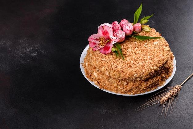 Bolo delicioso fresco napoleon com creme na obscuridade. bolo constituído por cordões e creme