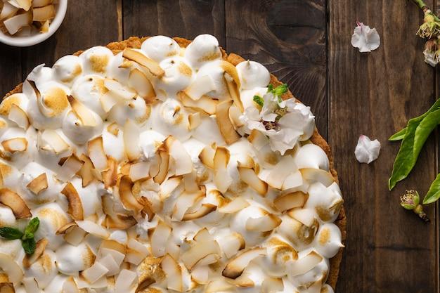 Bolo delicioso na mesa de madeira plana