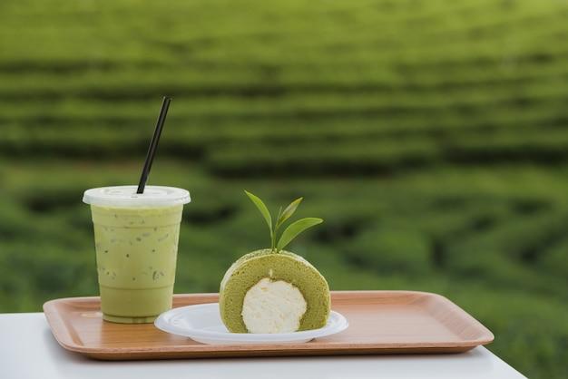 Bolo do rolo do chá verde com folhas de chá e leite do chá verde, produto da folha de chá verde.