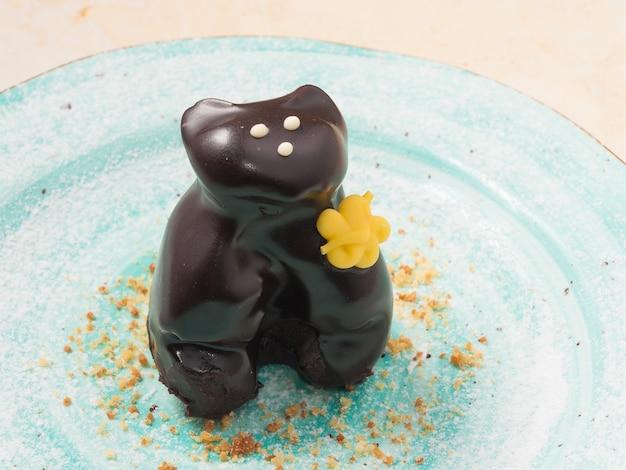 Bolo doce de chocolate em porções em um prato