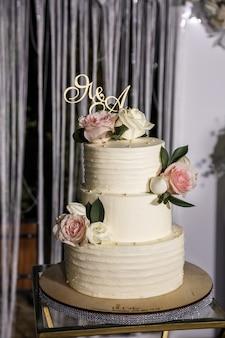 Bolo doce de sobremesa deliciosa bonita em camadas para recém-casados.