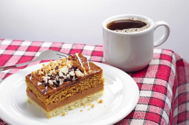 Bolo e café em uma toalha de mesa vermelha