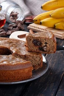 Bolo em forma de banana com chocolate e nozes. comida saudável