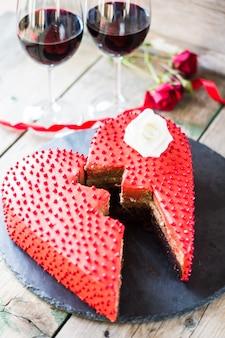 Bolo em forma de coração e copos de vinho