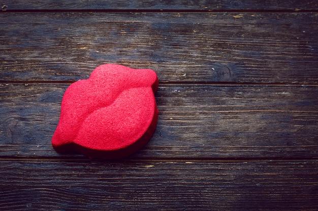 Bolo em forma de lábios rosa. dia de são valentim. bolo de mousse. fundo simples