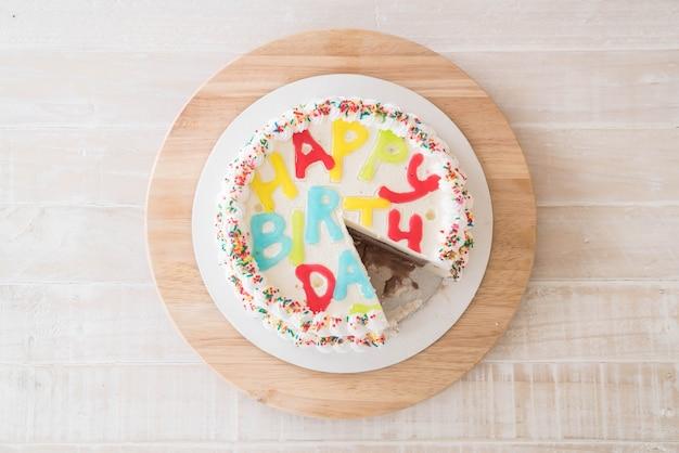 Bolo feliz aniversário na mesa