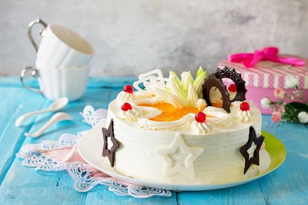Bolo festivo com chantilly decorado com chocolate e creme cremoso