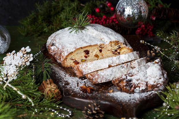 Bolo festivo de stollen de natal tradicional em uma tábua
