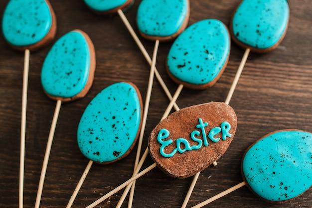 Bolo gelado azul aparece na madeira para a celebração da páscoa