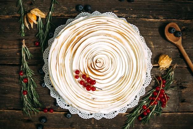 Bolo gourmet com creme de merengue com frutas