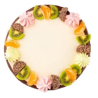 Bolo isolado decorado com frutas e biscoitos na superfície branca