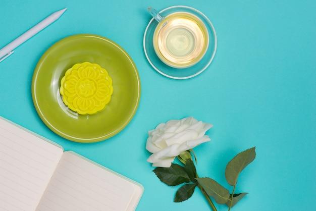 Bolo lunar de pele de neve e xícara de chá com flores