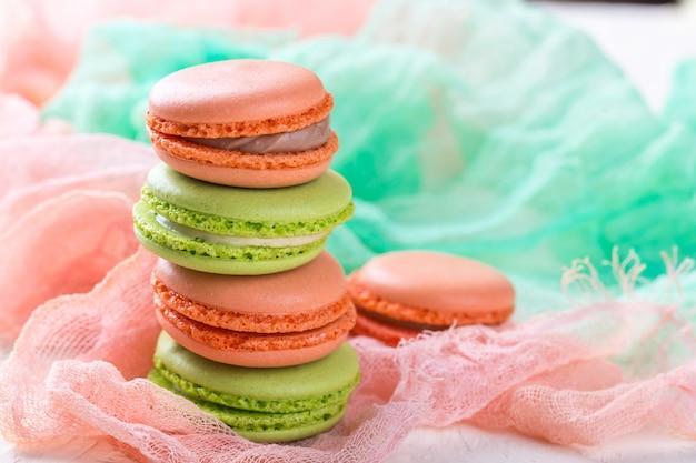 Bolo macaron ou biscoito, biscoitos de amêndoa coloridos.