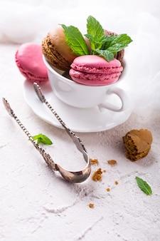 Bolo macaron ou macaroon, biscoitos de amêndoa coloridos