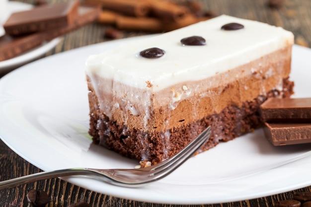 Bolo multicamadas para sobremesa, um delicioso pedaço de bolo em que cada camada com cor e sabor próprios, gosto de bolo de chocolate