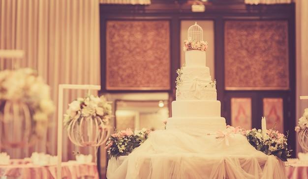 Bolo para cerimônia de casamento, imagem com processamento cruzado para look vintage