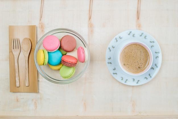 Bolo pastel colorido macaron com fundo de café de cima