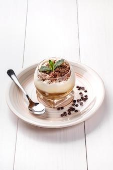 Bolo pequeno com recheio diferente em prato branco mesa de madeira branca
