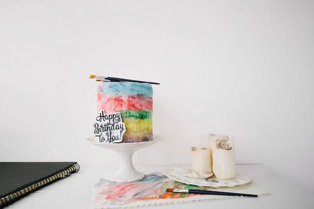 Bolo pintado de forma colorida com pincéis