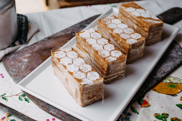 Bolo projetado fatias marrom creme gostoso delicioso dentro placa branca