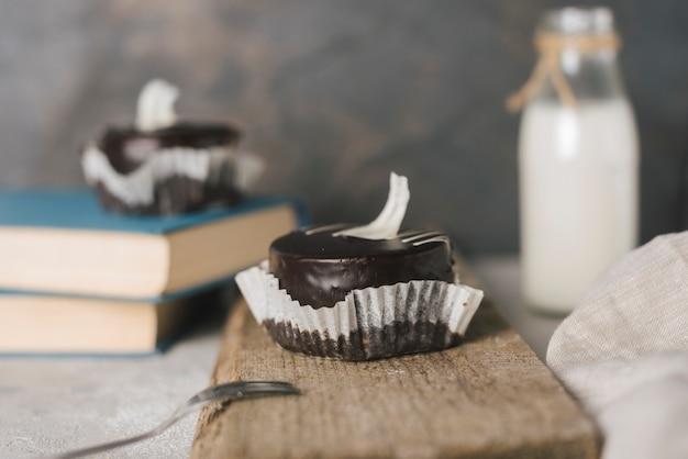 Bolo redondo de chocolate em servir a placa de madeira