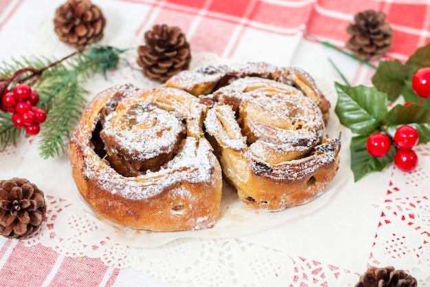 Bolo rei típico de natal escangalhado.