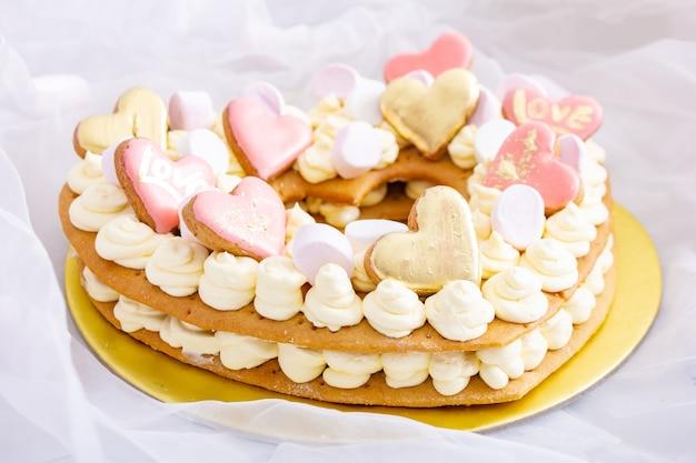Bolo romântico do dia dos namorados com corações