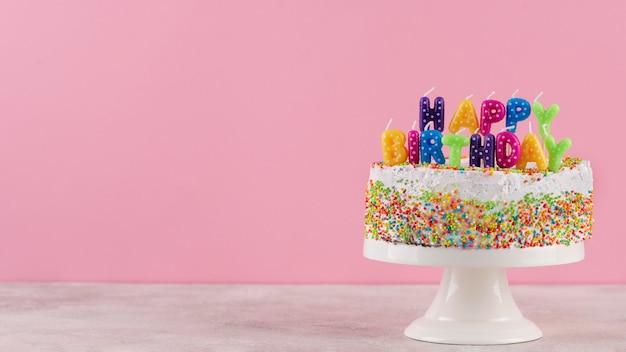 Bolo saboroso com velas de aniversário