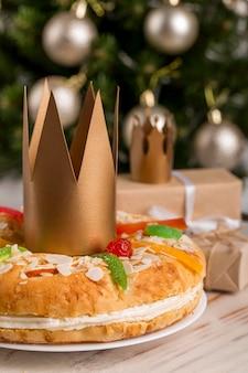 Bolo saboroso de epifania feliz e coroa de ouro