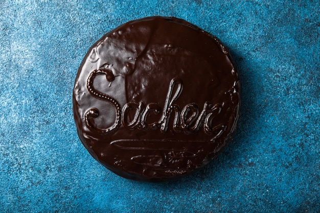 Bolo sacher. sobremesa tradicional de chocolate austríaco. cozimento caseiro. foco seletivo, close-up.