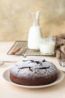 Bolo sem farinha de chocolate com pó de açúcar