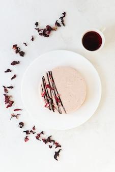 Bolo suflê de leite de pássaro de aquafaba com uma xícara de chá vermelho
