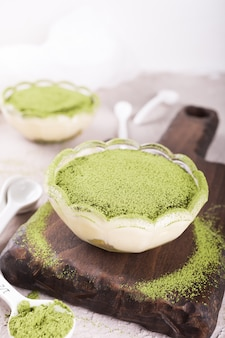 Bolo tiramisu com chá matcha verde