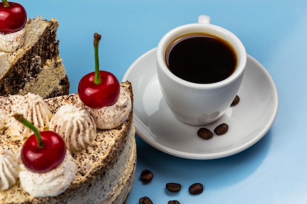 Bolo tiramisu, xícara de café, grãos de café torrados.