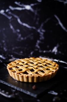 Bolo tradicional da galdéria da torta da passa da pastelaria rústica caseiro.