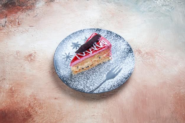 Bolo um bolo apetitoso com açúcar de confeiteiro no prato