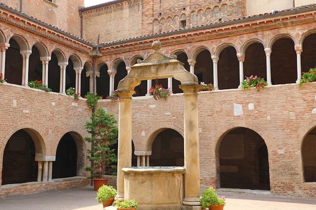 Bolonha, itália - 22 de julho de 2019: claustros no pátio interno da igreja de santo stefano em bolonha, itália