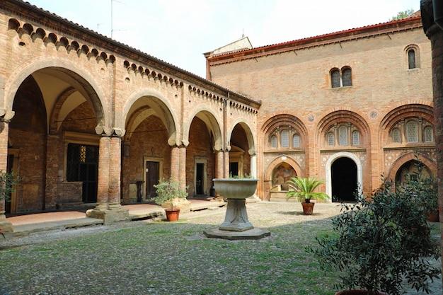 Bolonha, itália - 22 de julho de 2019: imagem dos claustros no pátio interno da igreja de santo stefano em bolonha, itália