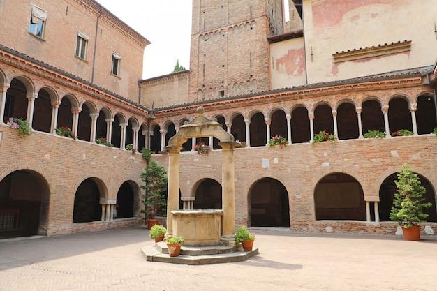 Bolonha, itália - 22 de julho de 2019: panorama da igreja de santo stefano em bolonha, itália