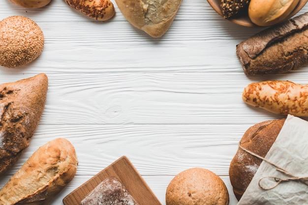 Bolos arrumados e pães em círculo