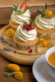 Bolos assados de outono e inverno. muffins saudáveis com especiarias tradicionais de outono com xícara de chá.